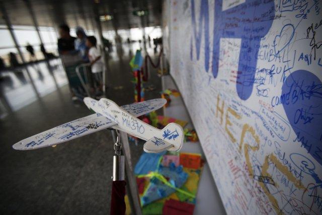 Des messages de soutien aux familles peuplent un... (Photo Wong Maye-E, AP)