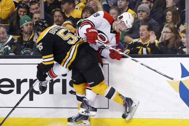 Johnny Boychuk (55) met Jiri Tlusty (19) en... (PHOTO MICHAEL DWYER, AP)