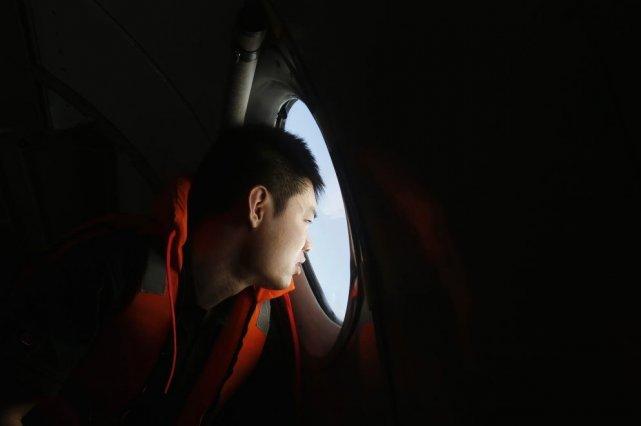 Un journaliste chinois observant les recherches menées pour... (Photo Reuters)