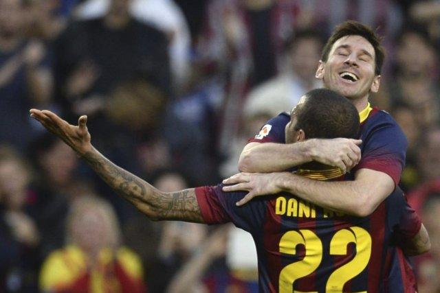 Lionel Messi saute dans les bras de son... (PHOTO LLUIS GENE, AFP)
