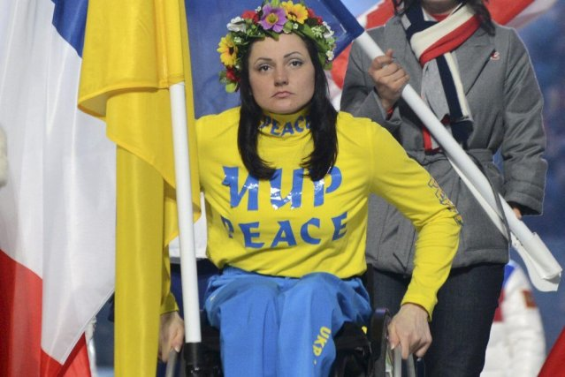 La porte-drapeau ukrainienne Lyudmyla Pavlenkoavait l'inscription «Paix» sur... (PHOTO KIRILL KUDRYAVTSEV, AFP)