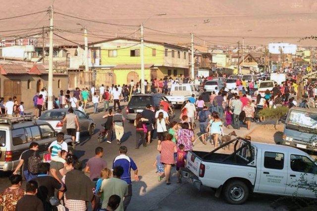 Des gens se rendent dans une zone surélevée... (PHOTO ALDO SOLIMANO, AFP)