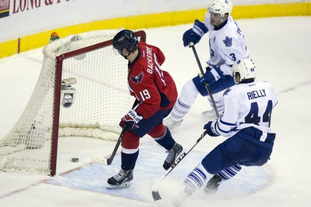 Nicklas Backstrom (19), Dion Phaneuf (3) et Morgan Rielly... (PHOTO EVAN VUCCI, ASSOCIATED PRESS)