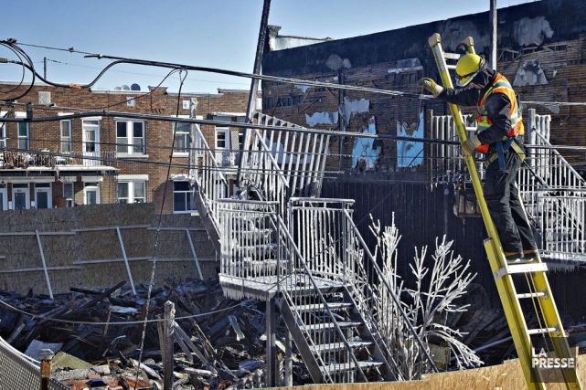 Un important incendie a complètement détruit, dimanche soir, un bâtiment... (Photo PATRICK SANFAÇON, La Presse)