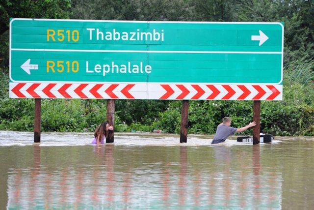 Plusieurs milliers de personnes ont été déplacées dans... (PHOTO MAIL&GUARDIAN)
