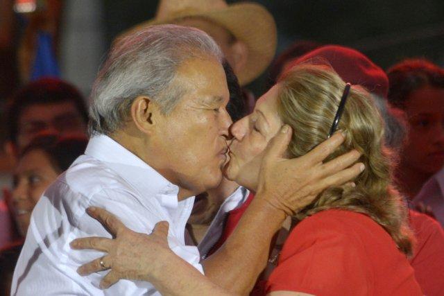 Salvador Sanchez Ceren célèbre sa victoire à la... (PHOTO JESSICA ORELLANA, REUTERS)