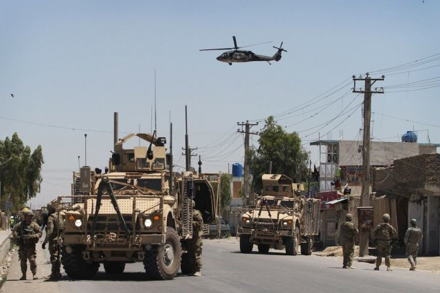 Des soldats américains dans une rue de Kaboul.... (PHOTO: ALLUDDIN KHAN, ASSOCIATED PRESS)
