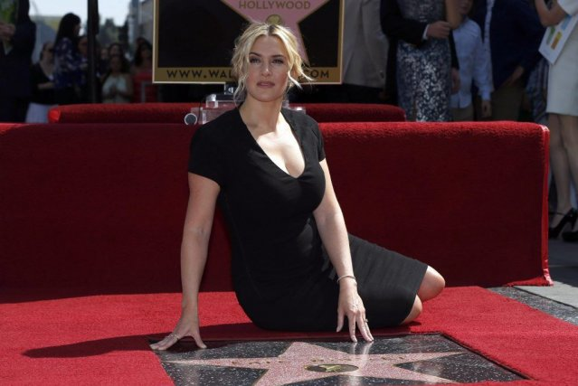 Kate Winslet pose près de son étoile sur... (Photo MARIO ANZUONI, Reuters)