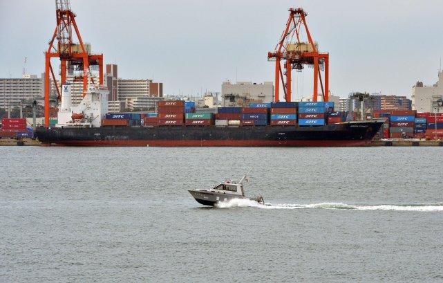 Un bateau policier au large des côtes du... (Photo YOSHIKAZU TSUNO, Archives AFP)