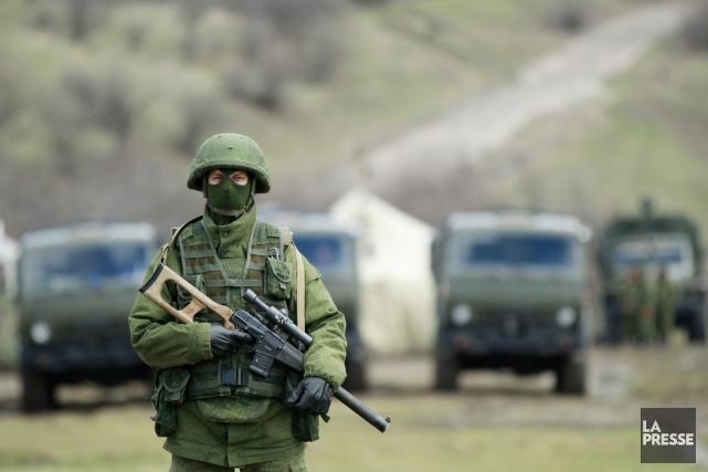 Un homme armé, que l'on croit être un... (PHOTO DAVID MDZINARISHVILI, REUTERS)