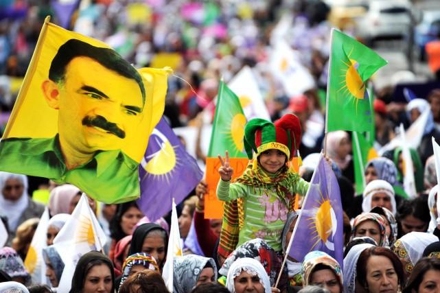 Un drapeau à l'effigie d'Abdullah Öcalan flotte à... (PHOTO OZAN KOSE, ARCHIVES AFP)