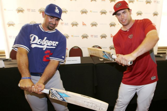 Adrian Gonzalez, des Dodgers de Los Angeles, et... (Photo Rick Rycroft, AP)