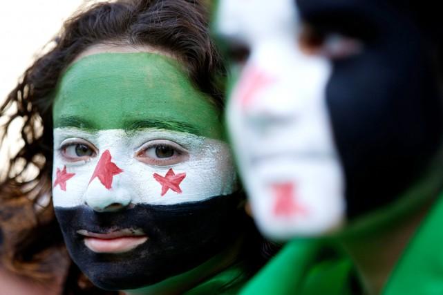 Des manifestants, le visage peint aux couleurs de... (PHOTO archives AFP)