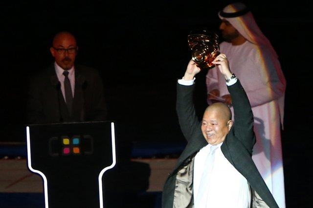 Fu Yang Zhou reçoit son trophée.... (Photo: AFP)