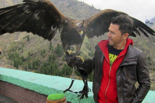 Ian Boudreault avec un aigle chasseur au Kazakhstan.... (Photo fournie par Ian Boudreault)