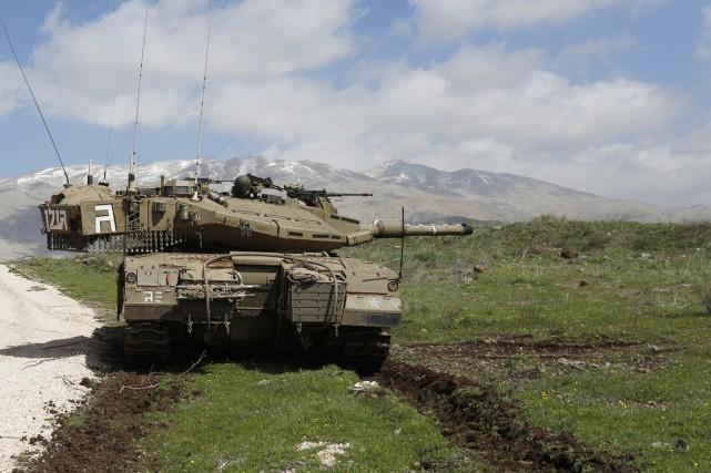 Un char d'assaut israélien stationné sur la partie... (PHOTO JALAA MAREY, ARCHIVES AFP)