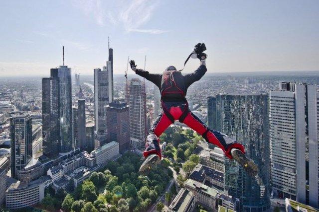 Un saut de «base jump» effectué par Ronald... (PHOTO NICOLAS ARMER, AFP)