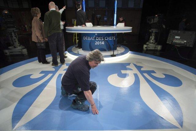 Préparation des techniciens de télévision avant le débat... (Photo La Presse Canadienne)