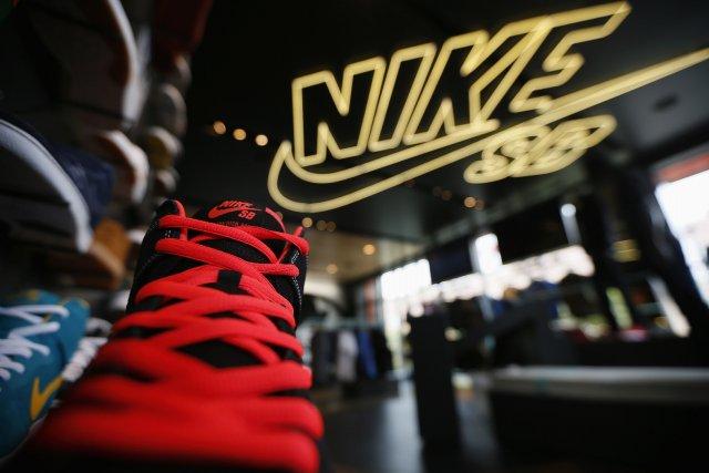 Le groupe américain d'articles de sports Nike a annoncé jeudi un plongeon de... (Photo LUCY NICHOLSON, Reuters)