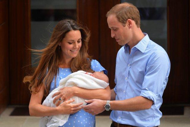 William et Kate tenant le prince George à... (Photo LEON NEAL, AFP)