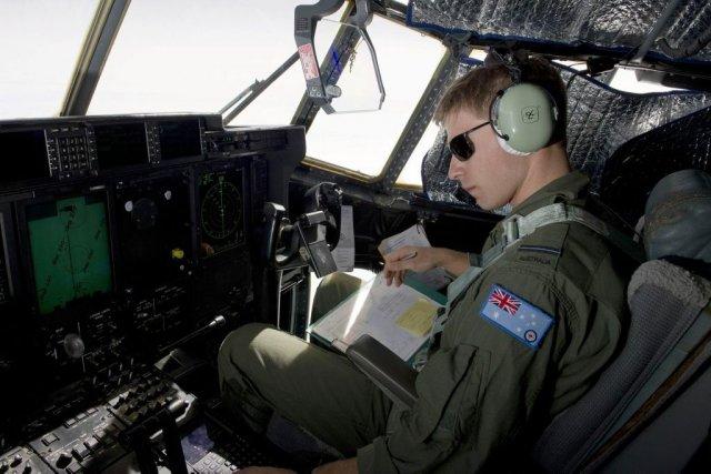 Les avions tentaient de repérer des objets flottants... (Photo Reuters)