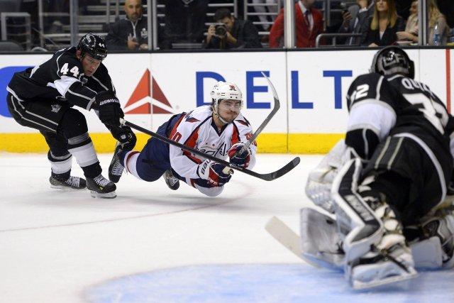 Jonathan Quick bloque un tir deMarcus Johansson.... (Photo Mark J. Terrill, AP)