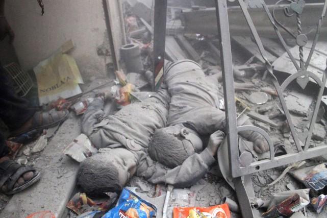 À Alep, les corps de deux enfants reposent... (Photo Archives AFP)