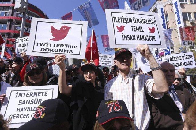 Des protestataires tiennent des pancartes où il est... (PHOTO ADEM ALTAN, archives AFP)
