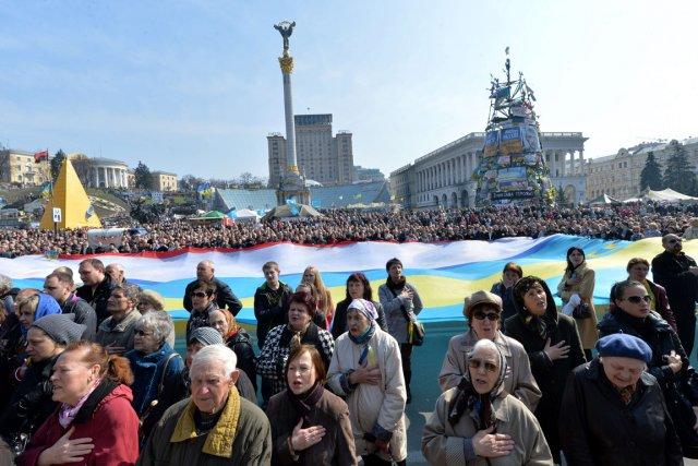 Des milliers de personnes ont chanté l'hymne national... (PHOTO SERGEI SUPINSKY, AFP)