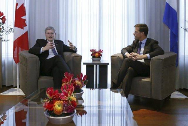 Stephen Harper et Mark Rutte ont principalement traité... (PHOTO YVES HERMAN, AFP)