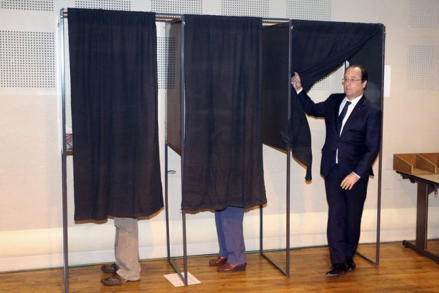 Le président français François Hollande a votéà Tulle,dimanche.... (PHOTO NICOLAS TUCAT, REUTERS)