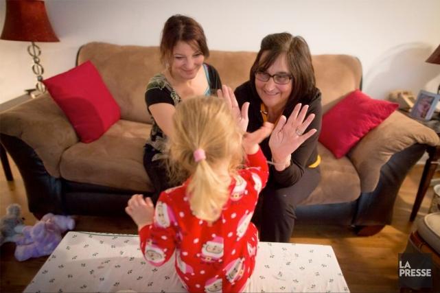 Lori-Ann (à gauche), qui souffre d'une déficience intellectuelle,... (PHOTO OLIVIER PONTBRIAND, LA PRESSE)