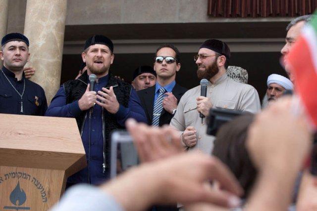 Ramzan Kadyrov, au micro, s'est adressé dimanche à... (Photo: AFP)