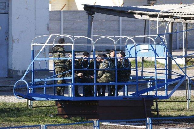 Desmarines ukrainiens se reposent à la base deFeodosia,... (PHOTO SHAMIL ZHUMATOV, REUTERS)