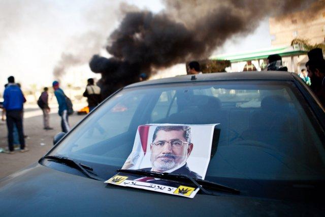 Une affiche à l'effigie du président destitué Mohamed... (PHOTO VIRGINIE NGUYEN HOANG, ARCHIVES AFP)