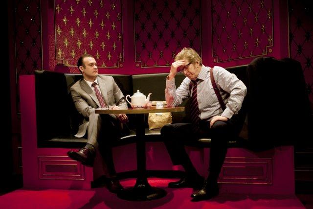 Dans la scène d'ouverture, Williamson, le gérant de... (Photo: fournie par le Centre Segal)