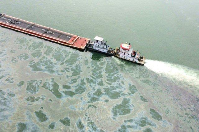 Les équipes de nettoyage ont siphonné le pétrole... (PHOTO AFP/GARDE CÔTIÈRE AMÉRICAINE)