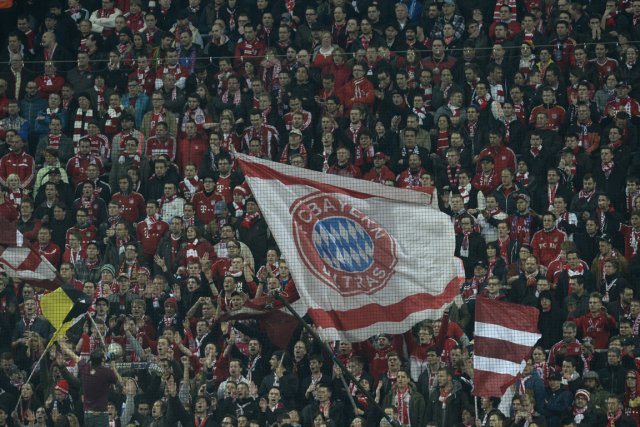Des partisans du Bayern Munich durant le match... (Photo Christof Stache, archives AFP)