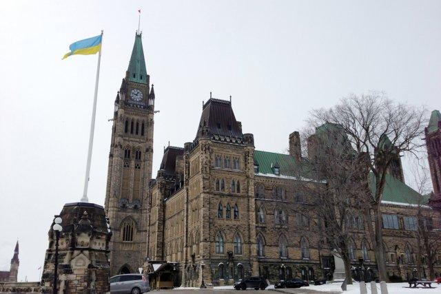 Le drapeau ukrainien flottait au parlement canadien en... (PHOTO AGENCE FRANCE PRESSE)