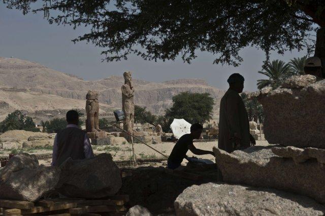 Les deux immenses statues en quartzite rouge ont... (Photo AFP)