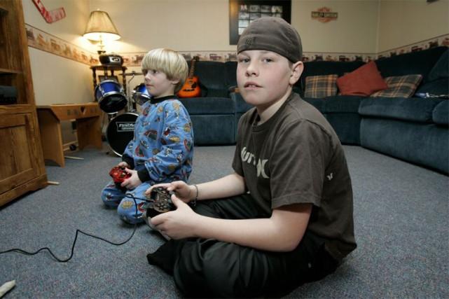 Les jeunes qui jouent moins d'une heure par... (Photo archives La Presse Canadienne)