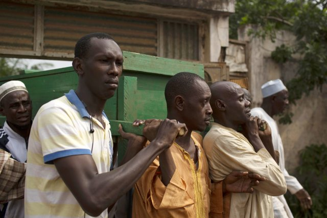 Des hommes portent les cercueils de deux de... (PHOTO SIEGFRIED MODOLA, REUTERS)