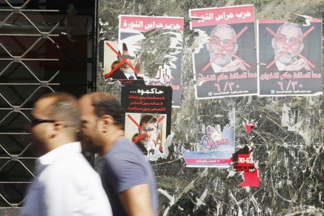 Mohamed Badie (sur l'affiche), le guide suprême des... (PHOTO AMR ABDALLAH DALSH, ARCHIVES REUTERS)