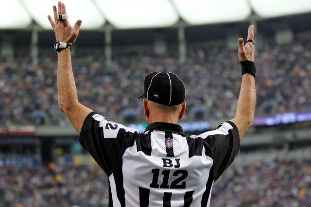 Les responsables de l'arbitrage au bureau de la NFL aideront, à partir de la... (Photo Andy King, archives AP)