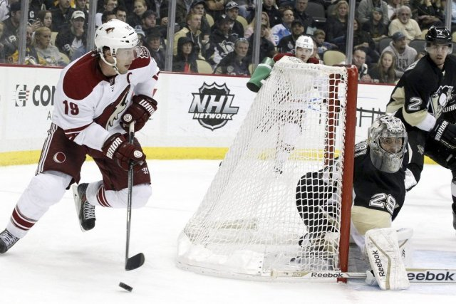 Shane Doan pousse la rondelle tandis que le... (Photo Charles LeClaire, USA Today)