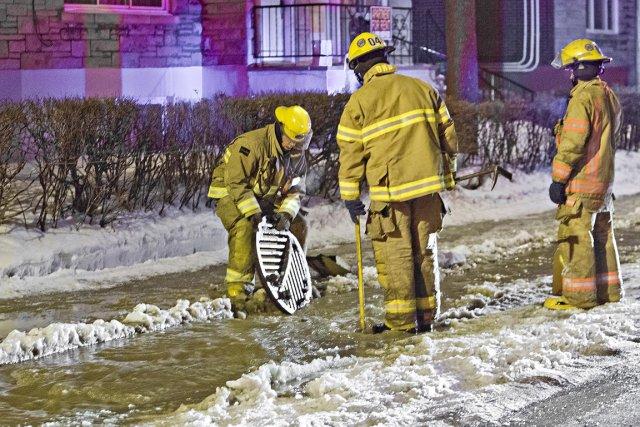 L'éclatement d'une conduite d'eau a provoqué le jaillissement d'une grande... (Photo FÉLIX O.J. FOURNIER, collaboration spéciale)