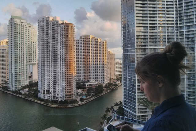 Roxanne Génier, présidente de LuxeInACity.com, répond à un... (PHOTO FOURNIE PAR LUXEINACITY.COM)