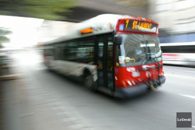 Un autobus à deux étages, circulant en direction... (ARCHIVES, LeDroit)