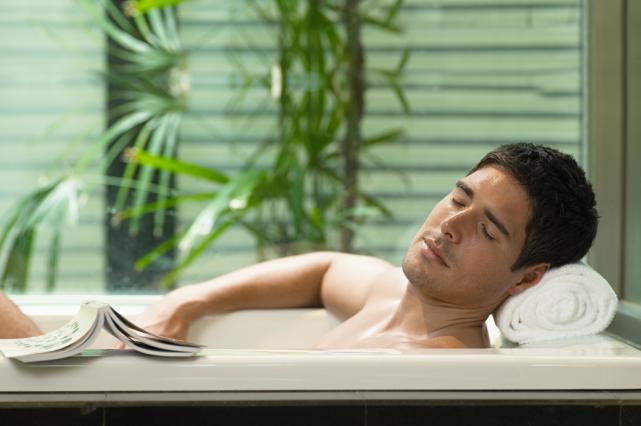 Un bain chaud (plus de 35°C) permet d'atténuer... (Photo Masterfile)
