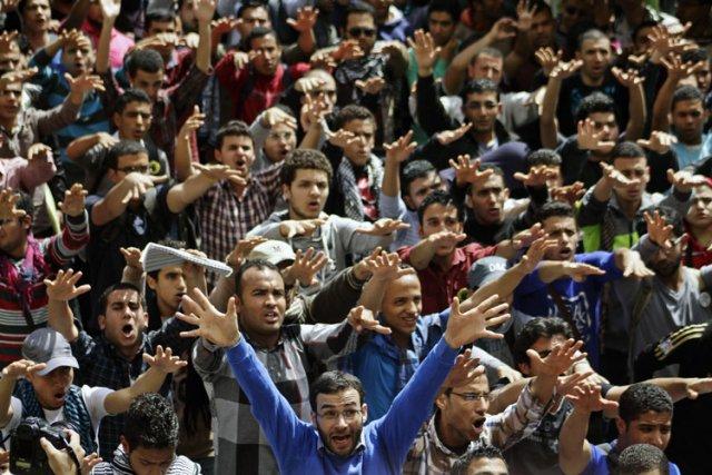 Quelque 1200 partisans du président Morsi sont actuellement... (Photo: AP)